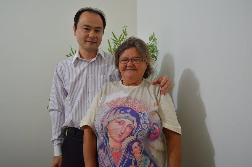 No IPMI, ao lado do superintendente Eduardo Yamaya, Mariazinha assina sua aposentadoria