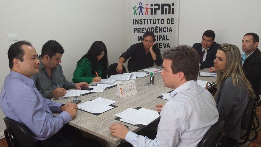Equipe de funcionários e conselheiros do IPMI durante reunião realizada em junho de 2014