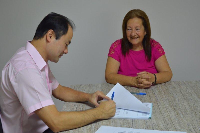 Eduardo Yamaya assina a portaria que aposenta a servidora Edite Silva